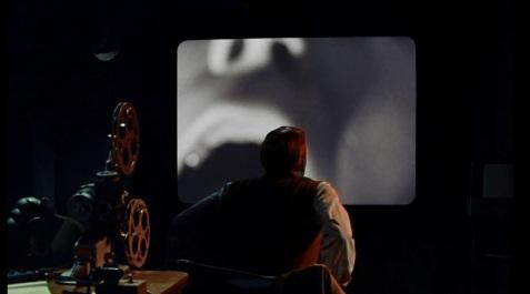 Mark Lewis assistindo o vídeo do primeiro crime.