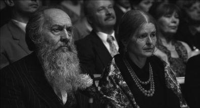 Da esquerda para a direita: Dionizy Wajs, interpretado por Zbigniew Walerys e Papusza, interpretada por Jowita Miondlikowska.