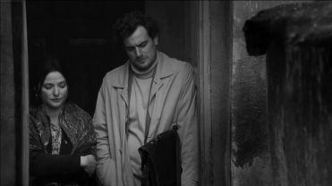 Jerzy Ficowski à direita, interpretado por Antoni Pawlicki.