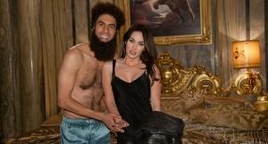 Aqui o supremo líder, o ditador Aladeen, tira uma foto de recordação com Megan Fox, sua amiga com benefícios.