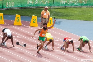 Aqui o supremo líder dá o tiro inicial nas olimpíadas em que compete e atira em qualquer corredor que ousar correr mais rápido que ele.