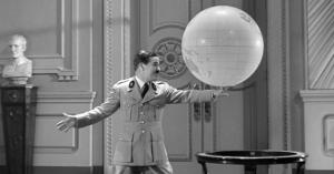 A melhor cena do filme, aqui o ditador em uma dança delicadamente bem elaborada traduz seu sentimento de euforia diante da idéia de ser ditador do mundo.