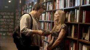 Nick e Amy já namorados, aventurando-se em uma biblioteca.