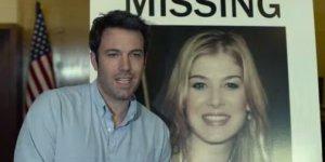 Uma das imagens que iniciou os burburinhos acerca de Nick ser um assassino, o fato de ele estar sorrindo quando sua esposa desapareceu. Que cara de pau hein?