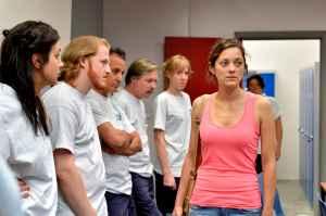 Sandra confronta seus colegas de trabalho no dia de votação para saber se ela ficará com eles ou se será demitida.