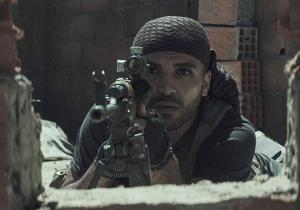 Mustafa, o sniper inimigo que retrata praticamente uma sombra de Chris, um antagonista pleno.
