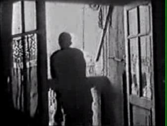 O visitante misterioso (mas talvez nem tanto anônimo), debruça-se para olhar a São Paulo que o filme lhe apresenta.