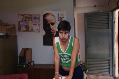 Paula (Fernanda Rocha), com uma das muitas referências que aparecem ao longo do filme.