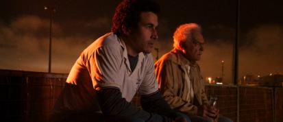 Marlombrando (Breno Nina) e Almeida (Othon Bastos), nas arquibancadas do Cine Drive-in.