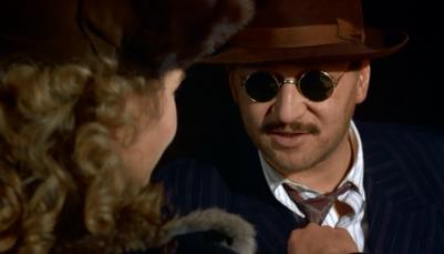 O contrabandista, interpretado por Fassbinder, deseja boa sorte à jovem viúva.