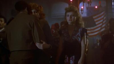 Maria entra no bar dos americanos buscando consolo. Ao fundo, jazz.