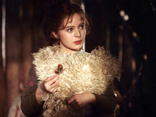 Drei Haselnüsse für Aschenbrödel DEFA-Studio für Spielfilme, Filmstudio Barrandov 1974 Regie: Václav Vorlicek Nach dem gleichnamigen Märchen von Bozena Nemcová Aschenbrödel (Libuse Safránková) befragt ihre Eule Rosalie, ob Sie eine weitere der Zaubernüsse nutzen soll.